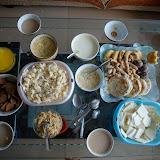 たくさんの乳製品が食卓に並ぶ。中国・内モンゴル自治区にて。