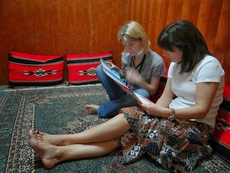 26. Ligia Radu si Adriana Cocic citind meniul.JPG