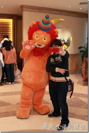 花蓮-翰品酒店。這抱抱獅子反應有點鈍鈍的,不過還聽得懂人話,只要牠作得到的動作,都會盡量配合遊客。