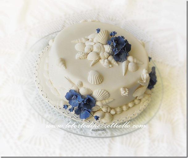 Torta con conchiglie e fiori blu