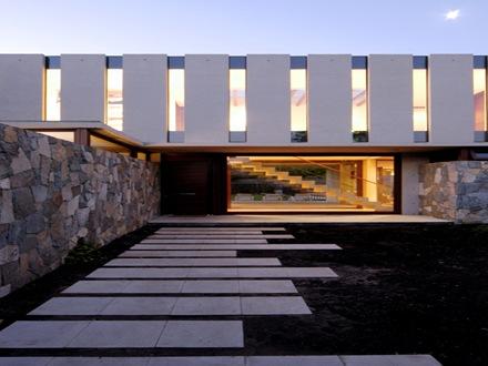 Casa fleischmann de hormig n visto piedra y madera de for Casa moderna hormigon