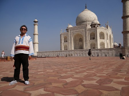 17. In papuci, la Taj Mahal.JPG
