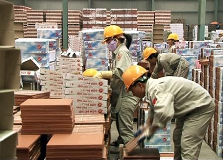 Đóng gói sản phẩm tại Công ty CP Gốm Đất Việt.