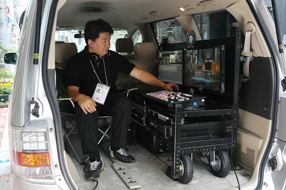 パンダスタジオの中継車PANDABIRDの中でのオペレーションの様子