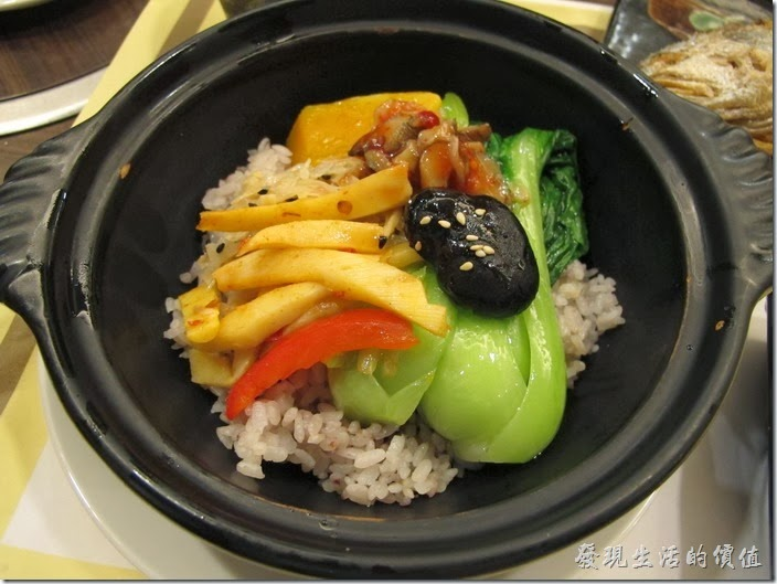 台南-碧蘿春炭索餐坊。這套餐的米飯用的是砂鍋,裡頭裝是糙米飯耶!上面還放有青江菜、筍乾、南瓜、香菇、紅椒…等配菜,感覺蠻營養的。