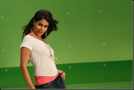 Genelia Cute Stills At Velayutham Movie (2)