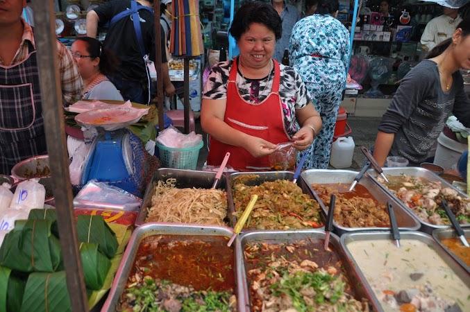 Imagini Thailanda: Mancare in piata de zi din Chiang Rai, Thailanda
