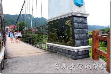 靜安吊橋的左右橋墩也有礦工們工作生活的浮雕壁飾,可以欣賞。