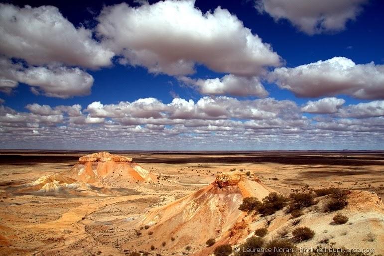 Farbige Wüste Australisches Outback Cooper Pedy Wolkenhimmel
