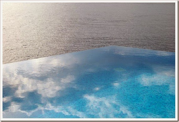 infinity-pool-reflecting-the-sky-hotel-villa-mahal-in-turkey