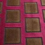 Tkanina obiciowa, trudnopalna. Pluszowa. Motyw geometryczny - krata. Różowa, brązowa.