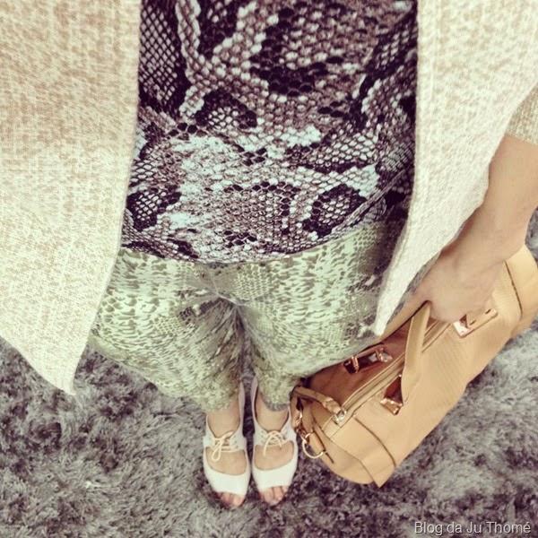 look calça snake print, blusa estampada e casaqueto (1)