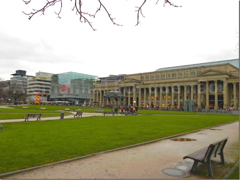 O Schlossplatz com a Königstraße e o shopping da cidade o Königsbau Passagen em Stuttgart