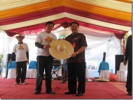 penyerahan topi bambu untuk gubernur banten