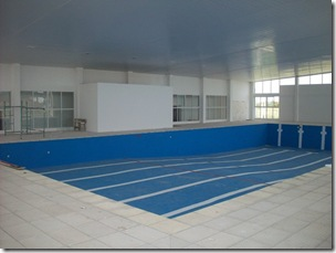 El complejo cuenta con una pileta climatizada semiolímpica de 25 x 12 metros