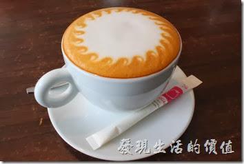 台南-綠帕克咖啡館。這就是我推薦的熱咖不奇諾咖啡,上面還有一個太陽的拉花,咖啡與牛奶的比例混合的洽到好處,很合我的味蕾,而且咖啡沒有過度烘烤的焦油味,也不是那種偏酸的咖啡。
