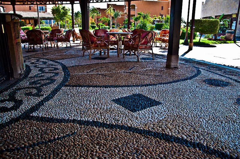 Отель Caribean World Resort Soma Bay. Хургада. Египет. Пол безалкогольного кальян-бара с узорами выложенными галькой и очень уютными креслами.