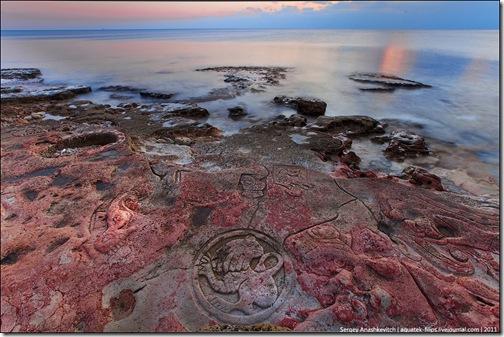 Каменные рисунки на пляже под Севастополем