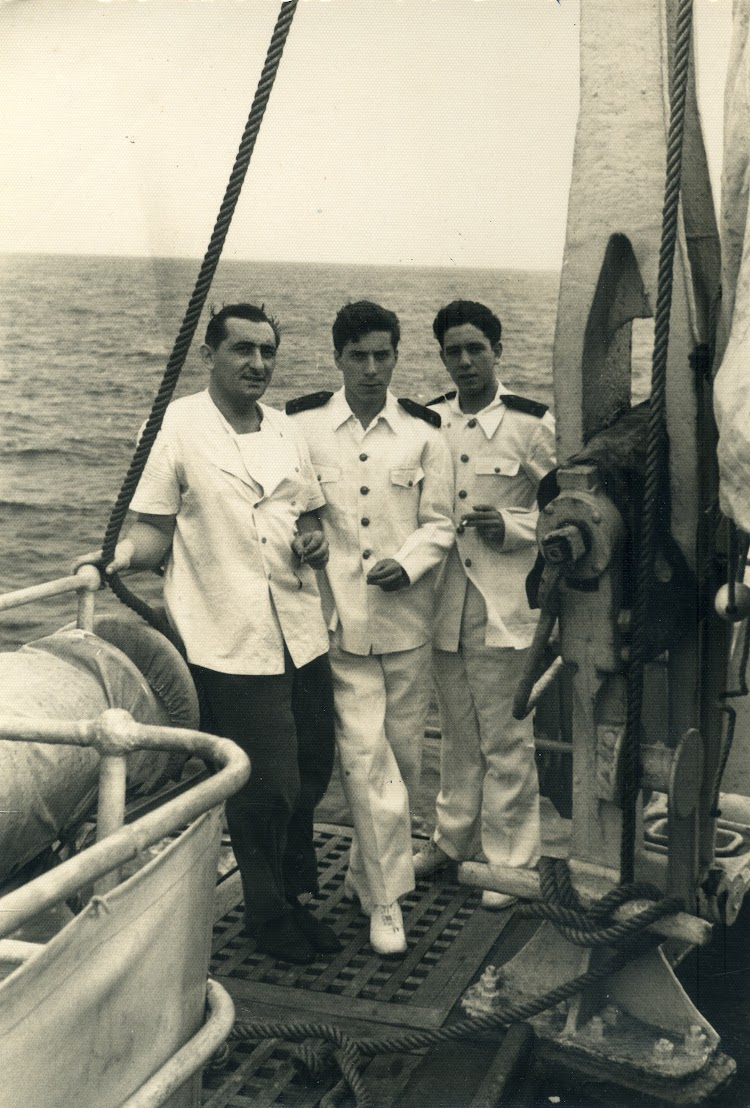 CABO DE BUENA ESPERANZA. 1956. Cocinero Julian Bilbao, de Plentzia. Angel Maruri Larrabe y Jose Piñera. Foto remitida por Angel Maruri Larrabe.jpg