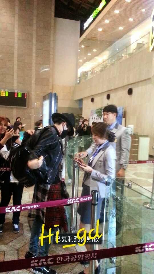 Big Bang - Gimpo Airport - 02may2014 - G-Dragon - Fan - Hi GD - 03.jpg