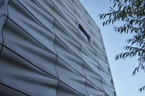 Modernas fachadas de fibra de vidrio por arquitectos for Paneles de fibra de vidrio