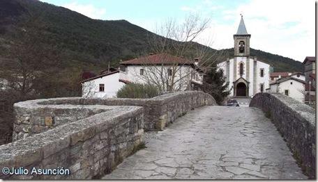 El puente de Sorauren - Al fondo la iglesia