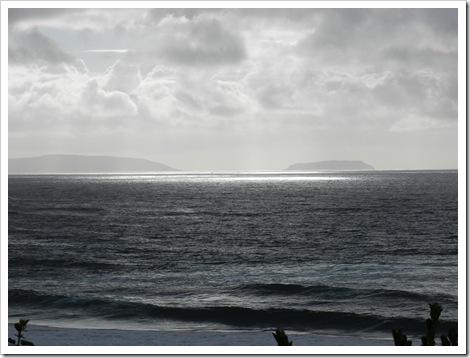 As illas Sisargas ao fondo, no mar de fóra...