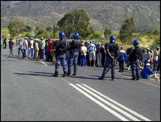 Hexrivier plaaswerkers word gedreig as hulle nie op paaie rondstaan nie in sg staking