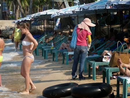 Plaja Thailanda: Vanzatori ambulanti pe plaja Pattaya