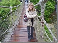 2012.07.12-060 Stéphanie sur un pont suspendu