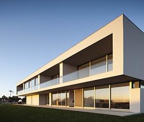 Casa moderna con balcones
