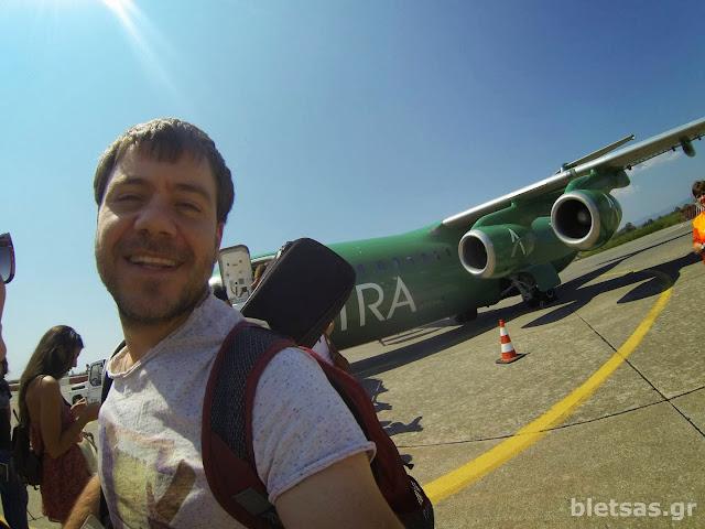 Επιβιβαζόμαστε στο πράσινο αεροπλάνο της Astra Airlines για να γυρισουμε Σαλονίκη