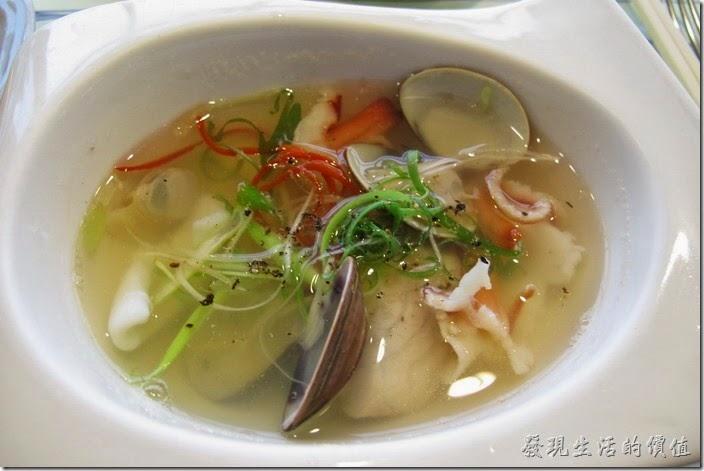 台南-上品鐵板燒餐廳。這是【海鮮清湯】,味道真的不錯,建議可以請服務生加一些些的胡椒提味,喝起來的滋味會更美味,湯頭內有蛤蜊、花枝、魚肉、北極貝,還有蔥花絲。