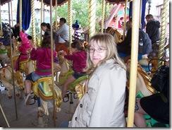 2012.07.12-022 Stéphanie dans le carrousel de Lancelot