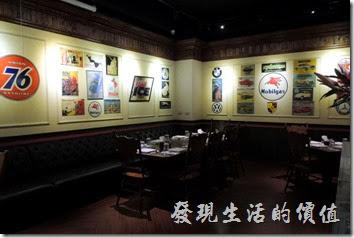 台北-佩斯坦咖啡館。這是二樓,牆上有許多懷舊的海報及商標。