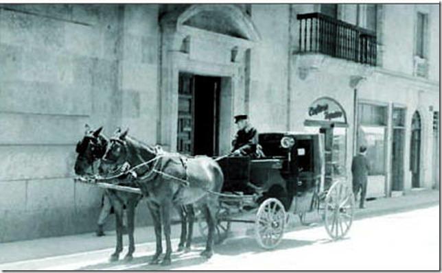 Carruaje de pasajeros en la calle Azafranal-Guzman Gombau-