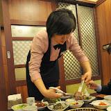 焼き肉は、大きな肉塊を焼いた後にハサミで切って食べる。