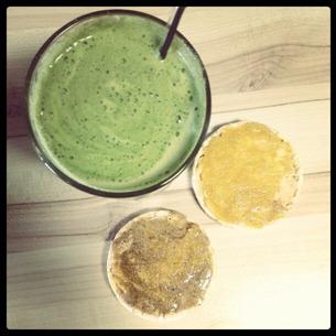 2 Snack-Favorit - grüner Saft und Maiswaffeln mit Nussbutter