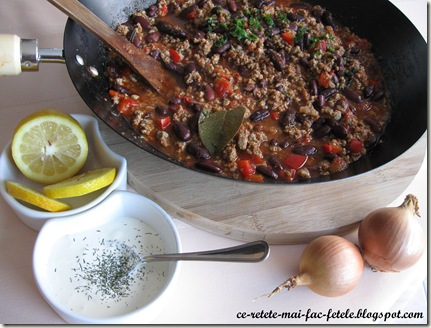 Chili con carne - servim cu smantana si lamaie