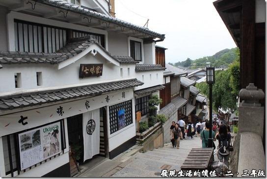 清水寺-二三年坂,這就是有名的「三年坂」的入口坡道了,要說陡,我倒不覺得,要說不陡,有些人還是會這麼認為吧!宗之爬個階梯總是要的。