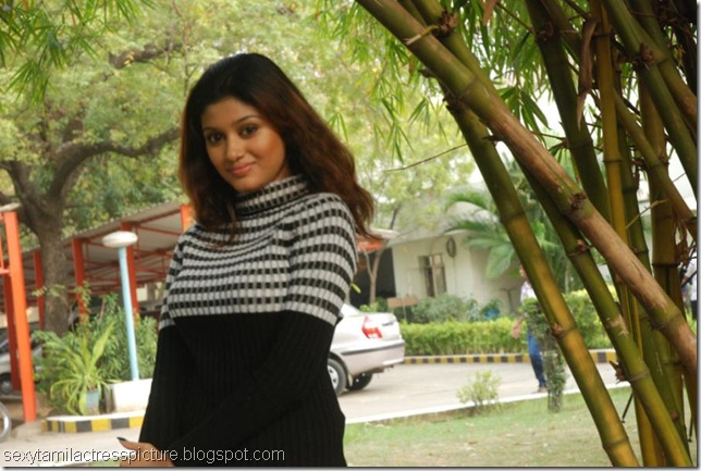 beautiful-oviya-images-in-tshirt