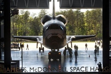 Space-shuttle-Discovery-gets red-carpet-treatment-at-Air-and-Space-Museum