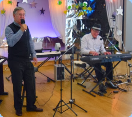 Len Hancy (left) and Benny Gunn performing in the mini-concert between 3 and 4 pm