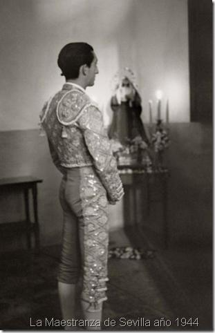 """Manolete"" rezando en La Maestranza de Sevilla año 1944"