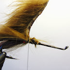 18. W miejscu mocowania łapek przywiązuję od góry szerszy pasek skórki ( zonker)
