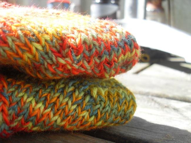 Sokker i glade restefarver