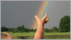 crianca-pegando-arco-iris