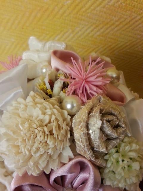 ramo de novia realizado con flores de tela, flores artificiales, perlas...