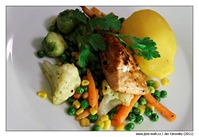 Marinovaný losos na grilu s citrónovým bramborem a máslovou zeleninkou