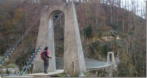 Cruzando el puente colgante de Holtzarte - Pirineo francés